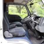視野の広い運転席。AT限定でも運転可能です。