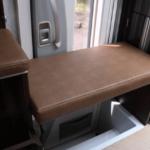 出入口には補助いすを設置できます。