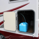 給水タンクの取り換えや、収納へのアクセスがしやすい大型ドア。