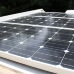 3枚のソーラーパネルで発電。サブバッテリーへ電気を蓄えます。