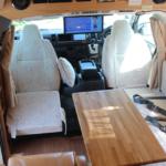 停車中は運転席助手席もリビング一体でご利用可能です。