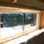 リビングスペースの窓はアクリル2重窓。断熱効果抜群です。