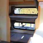 リア常設2段ベット。移動時には便利な荷物置きにもなります。