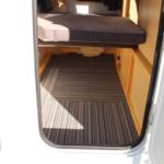 ベットの床を上げて大型収納へ変更可能