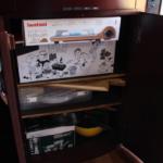充実の備品。カセットコンロや電気プレート、食器を予め装備